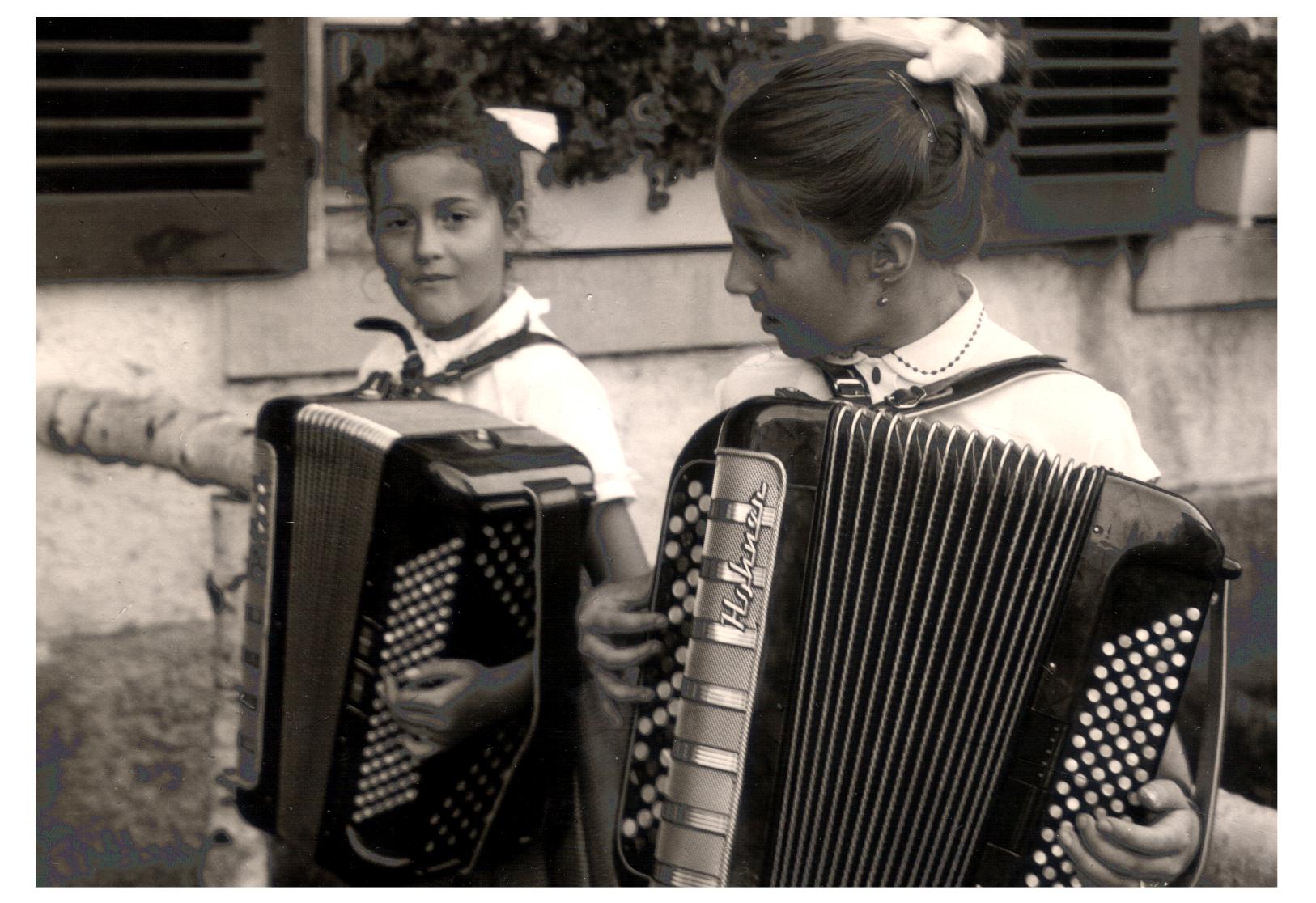 Auf der Erlenbruck im Jahr 1956 – Annemarie Thoma und  Christel Gremmelspacher (Schülerin aus Freiburg)